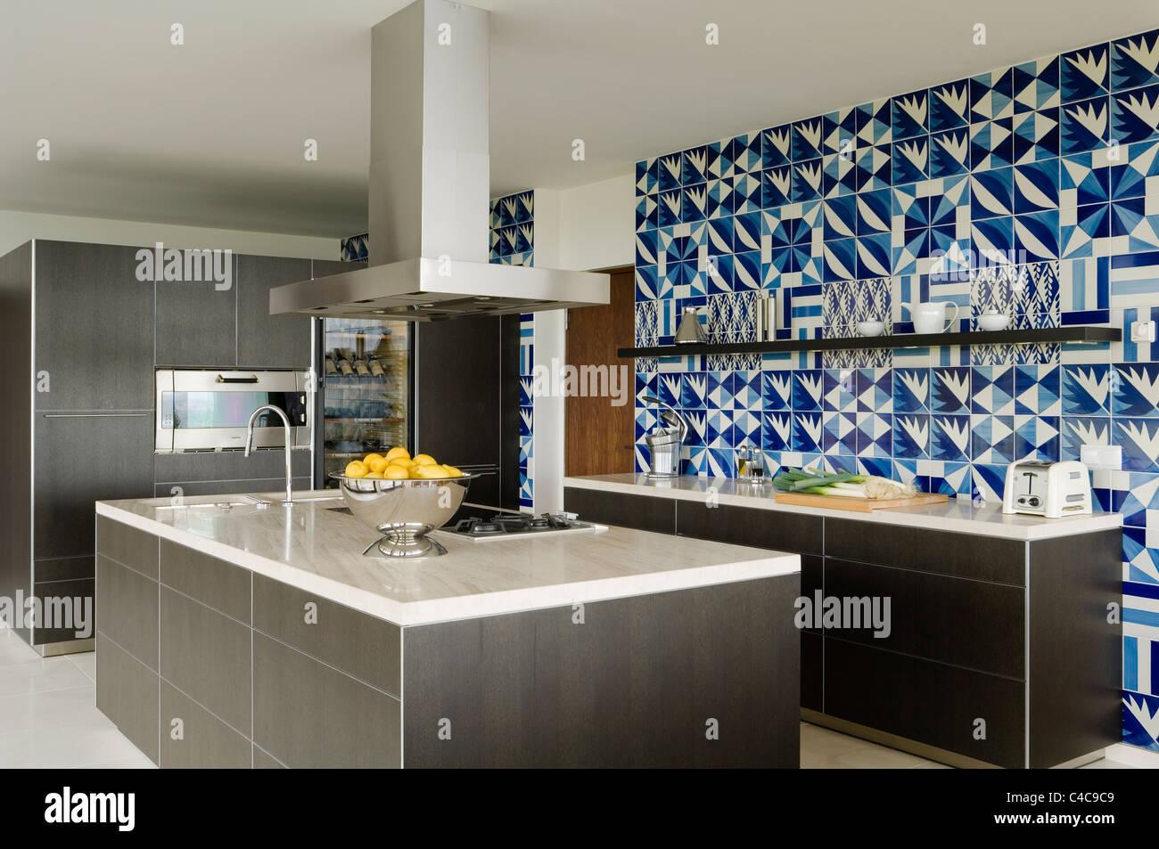 Grigio scuro rovere cucina bulthaup con blu e piastrelle bianche in