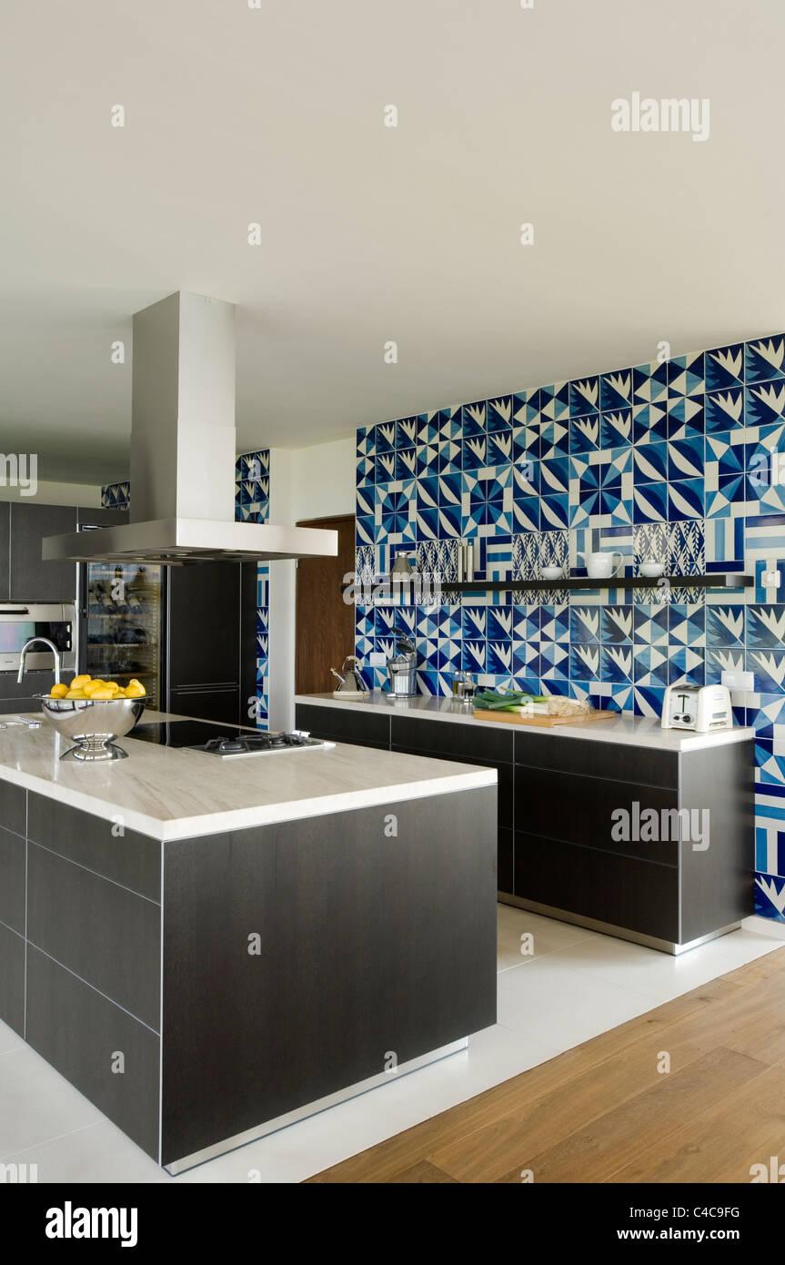 Grigio scuro rovere cucina Bulthaup con blu e piastrelle bianche in ...