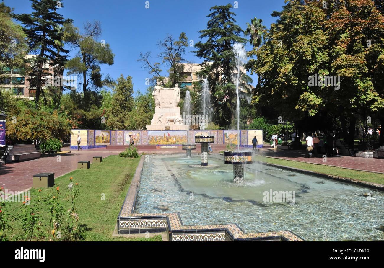 Tre fontane di piastrelle a mosaico del laghetto in giardino