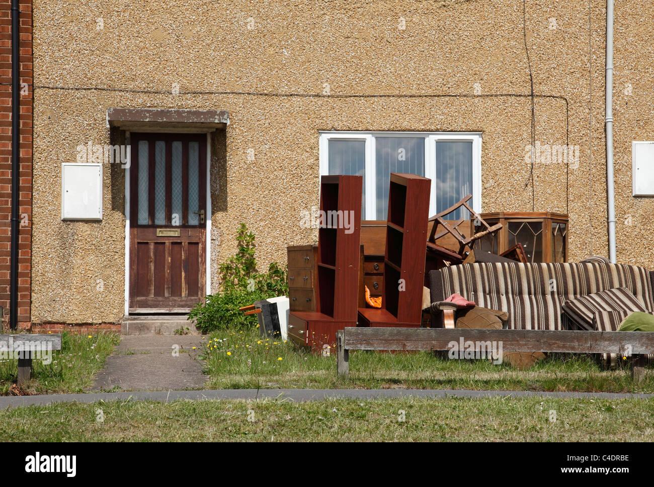 Mobili antichi lasciati al di fuori di una casa a Nottingham, Inghilterra, Regno Unito Immagini Stock