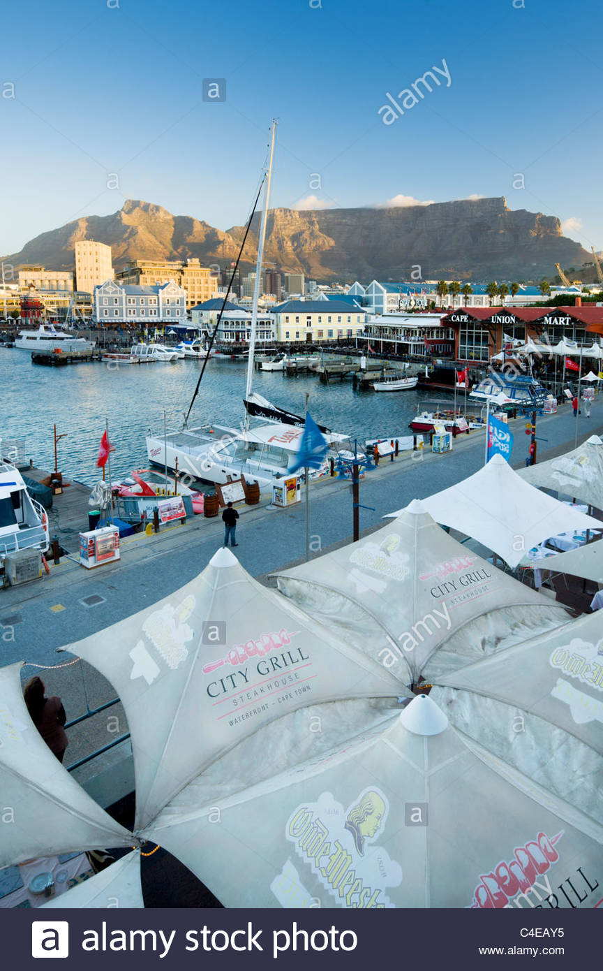 Victoria and Alfred Waterfront, con table mountain dietro, Cape Town, Sud Africa. Immagini Stock