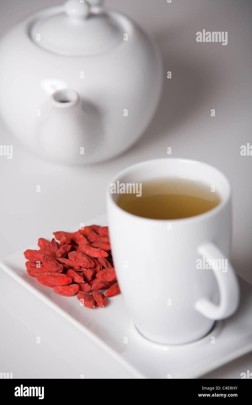 Semplice presentazione di goji freschi tè antiossidante Immagini Stock