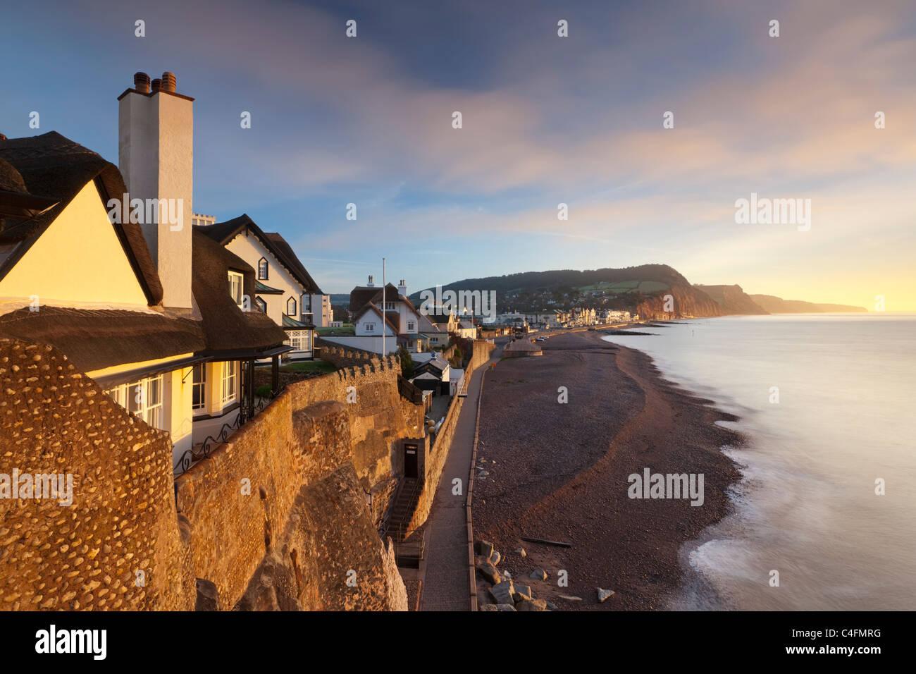 Vista delle case che si affacciano su Sidmouth lungomare a Sidmouth, nel Devon, in Inghilterra. Inverno (febbraio) Immagini Stock