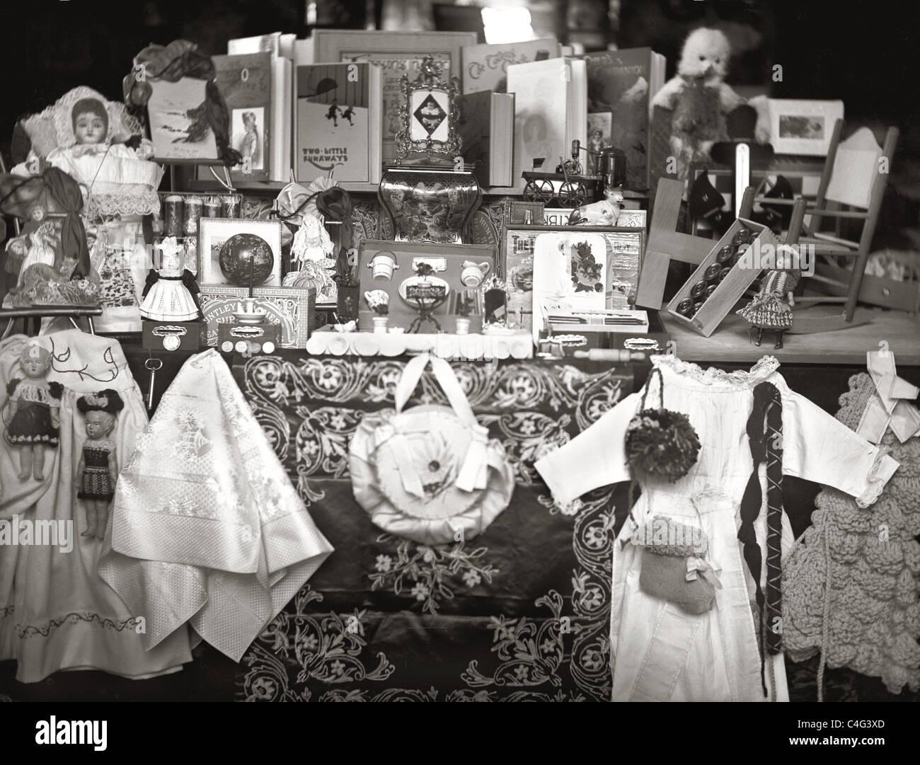 Fotografia originale di un Edwardian o giocattolo vittoriano shop anteriore / la finestra di visualizzazione Immagini Stock