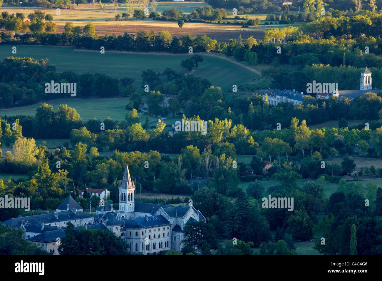 Il convento Ste Scolastique & l'Abbaye St-Benoit Dourgne nr nr Montagne Noire, Languedoc, Midi-Pirenei, Immagini Stock