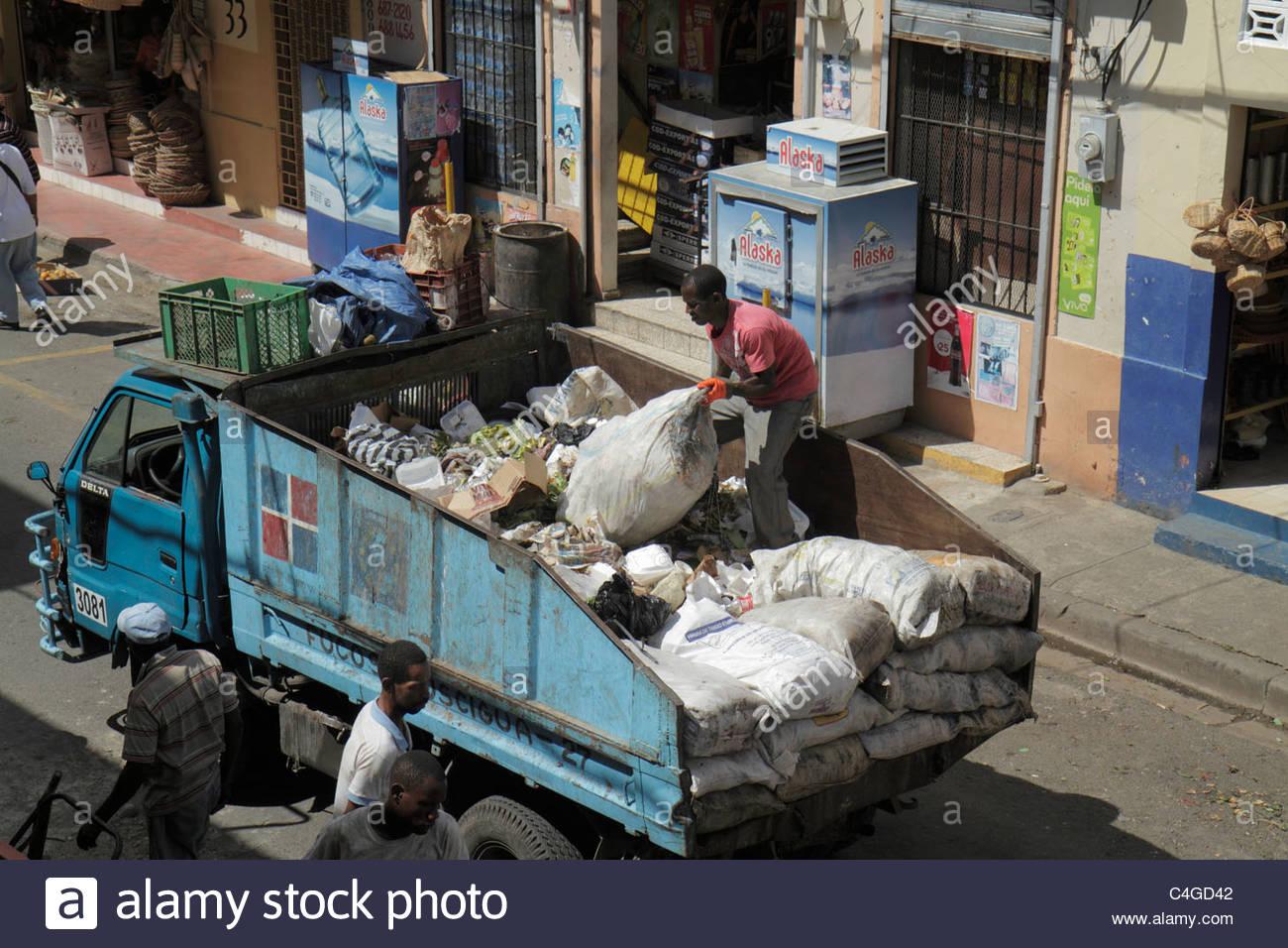 Santo Domingo Repubblica Dominicana Ciudad Colonia Mercado Modela Market street scene cestino di gestione dei rifiuti Immagini Stock