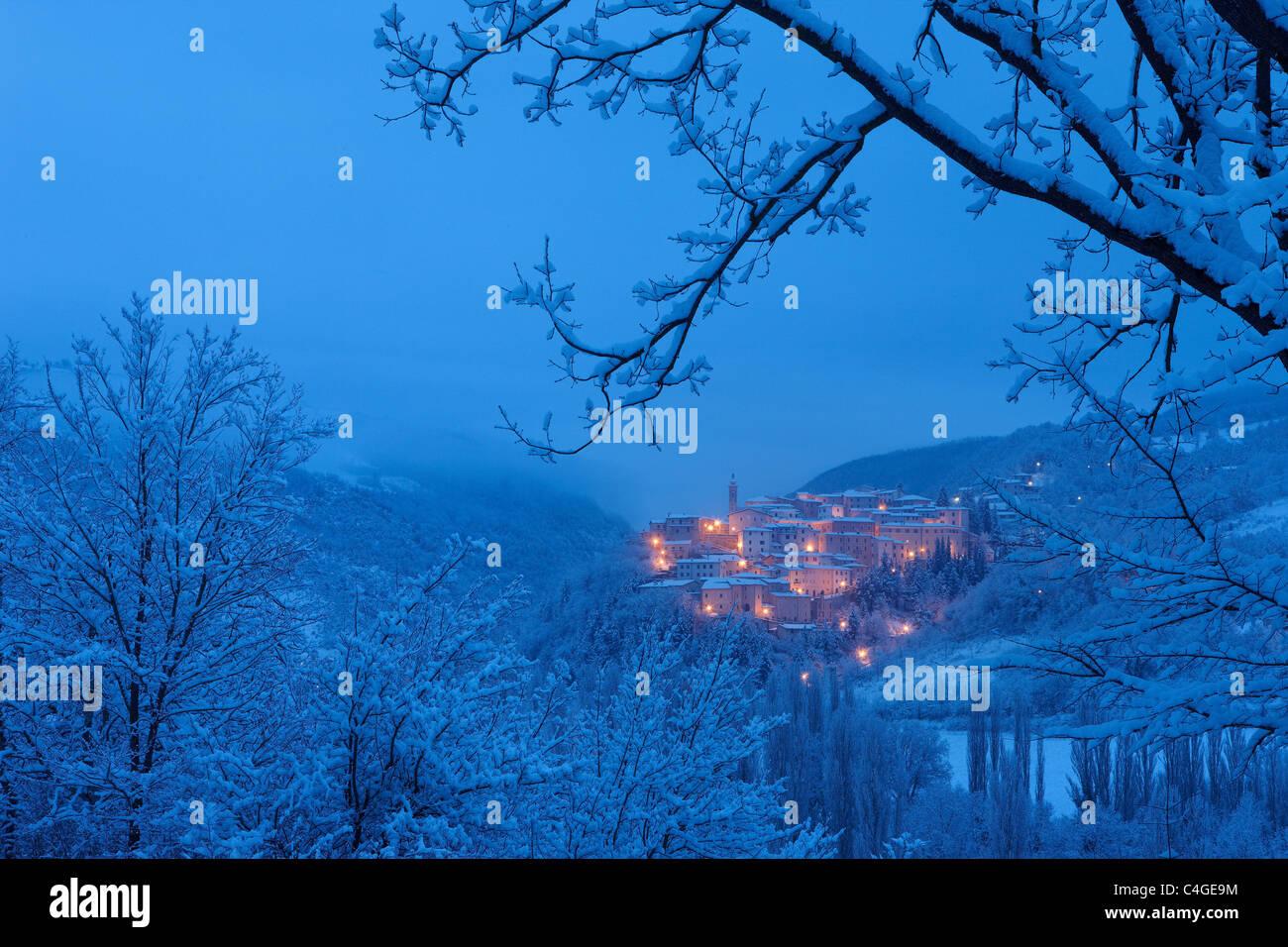 Preci all'alba in inverno, Valnerina, Parco Nazionale dei Monti Sibillini, Umbria, Italia Foto Stock