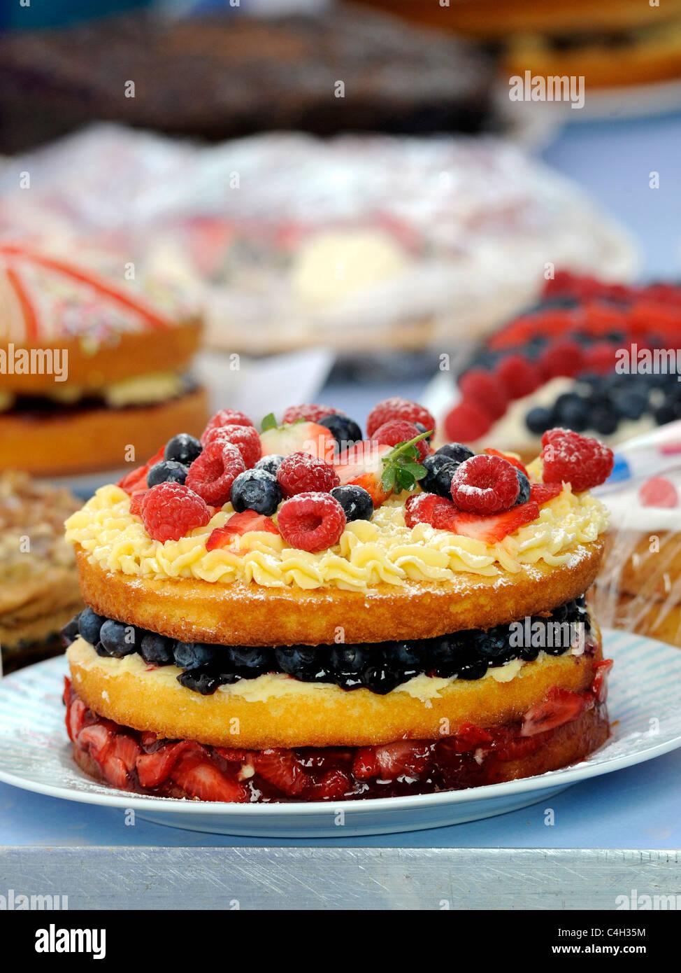 Una grande torta di frutta a un vecchio tea party. Immagini Stock