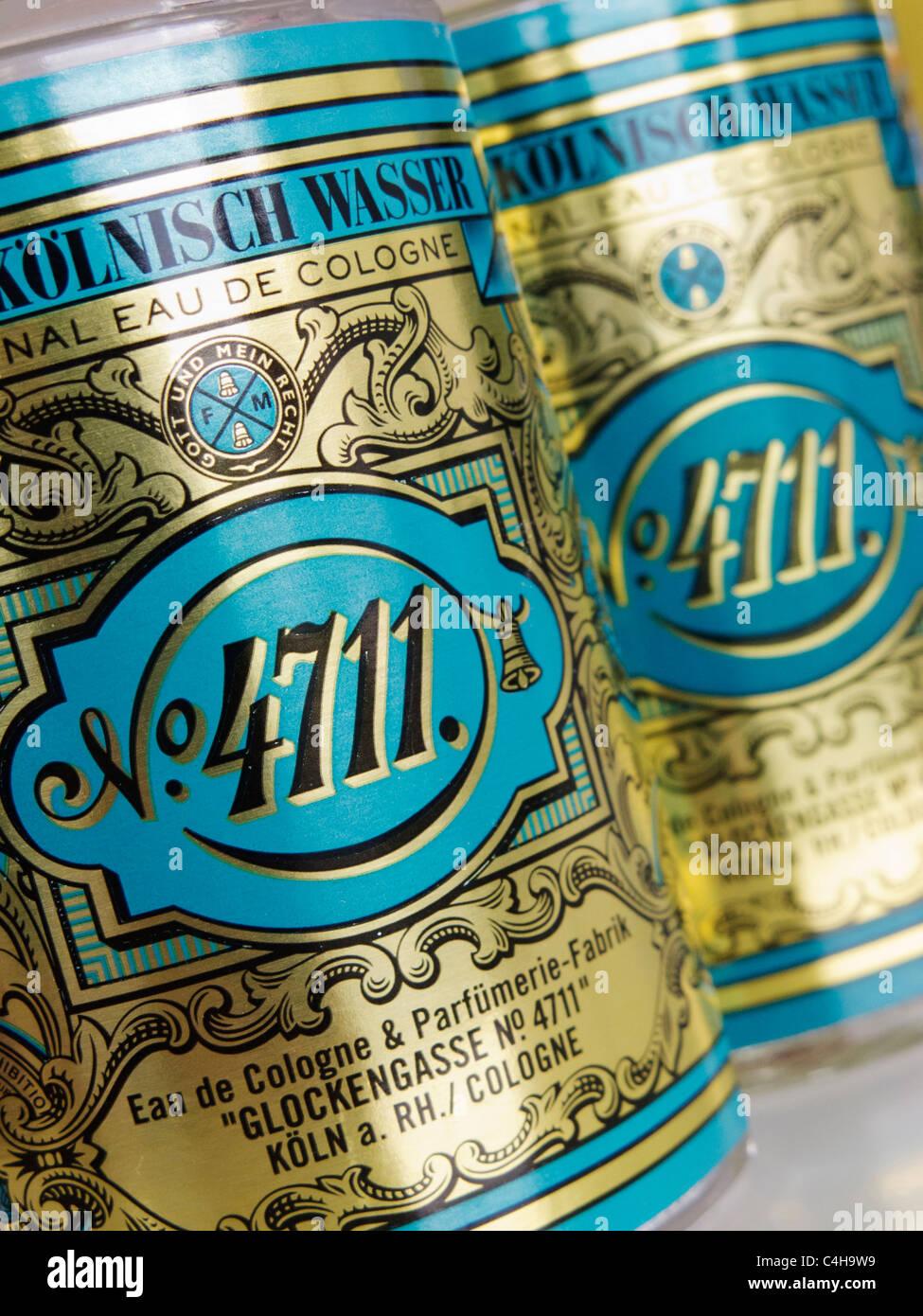 Dettaglio delle bottiglie del famoso marchio 4711 di Eau de Cologne dalla città in Germania Immagini Stock