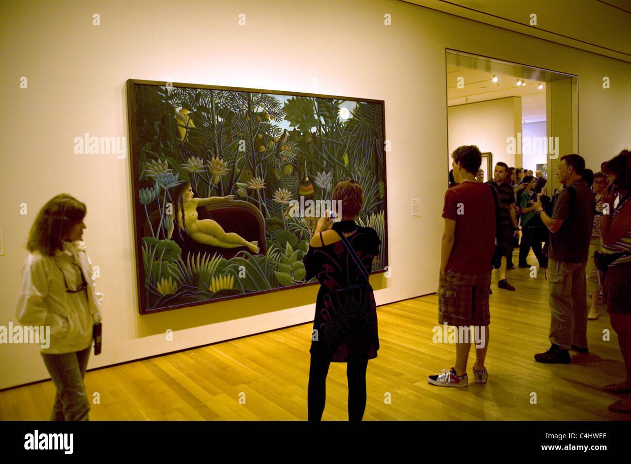 Arresto di visitatori dalla magica Henry Rousseau pittura, 'Il Sogno' presso il Museo di Arte Moderna di Immagini Stock