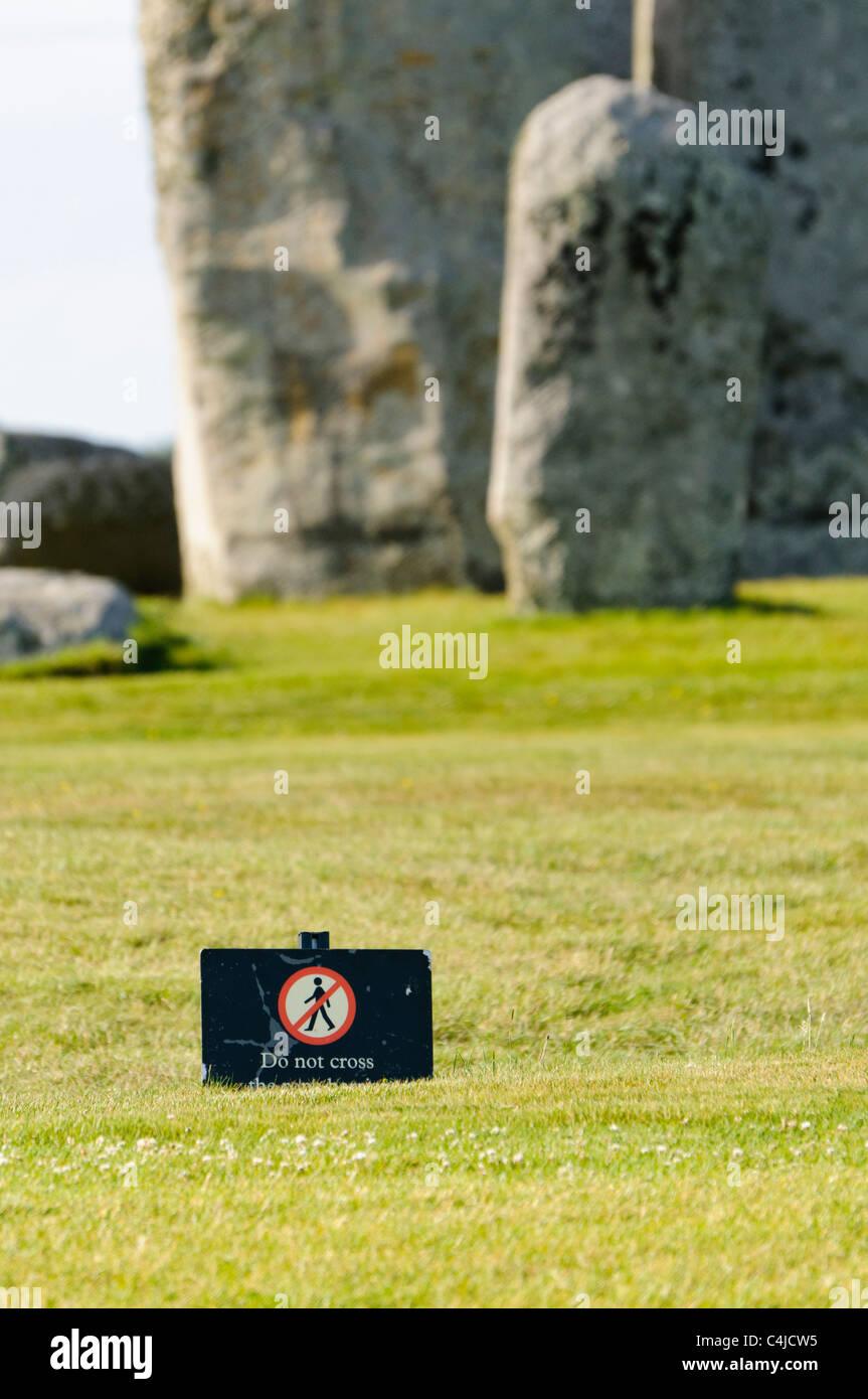 Segno a Stonehenge attenzione ai visitatori di non avvicinarsi alla pietre e restare dietro la barriera Immagini Stock
