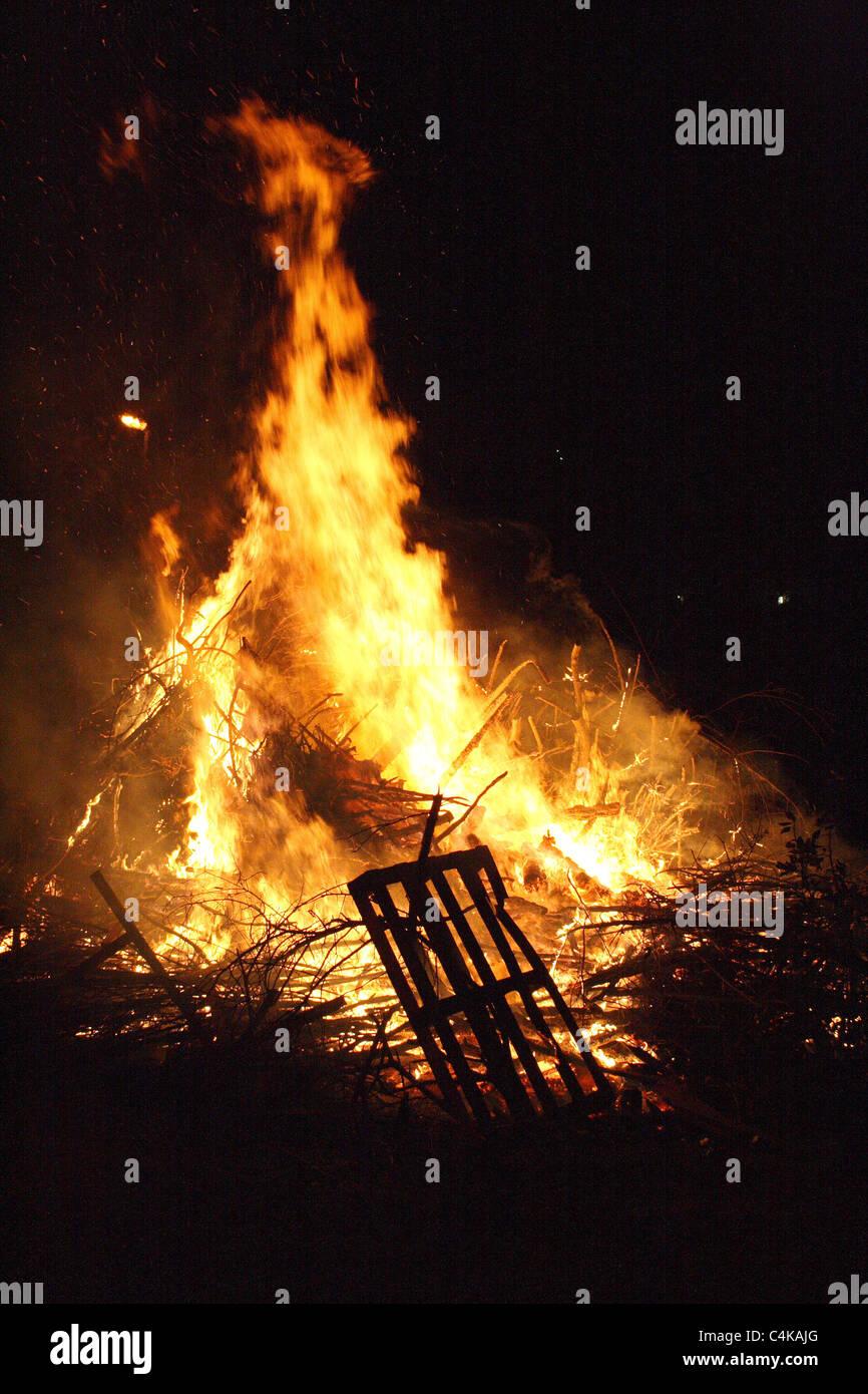 Un fuoco ardente a tarda notte Immagini Stock