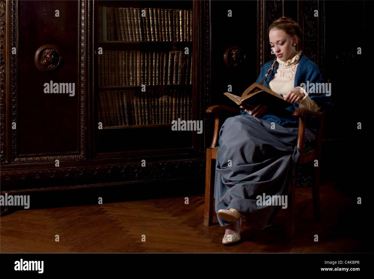 In stile retrò vestito le donne la lettura di un libro Immagini Stock
