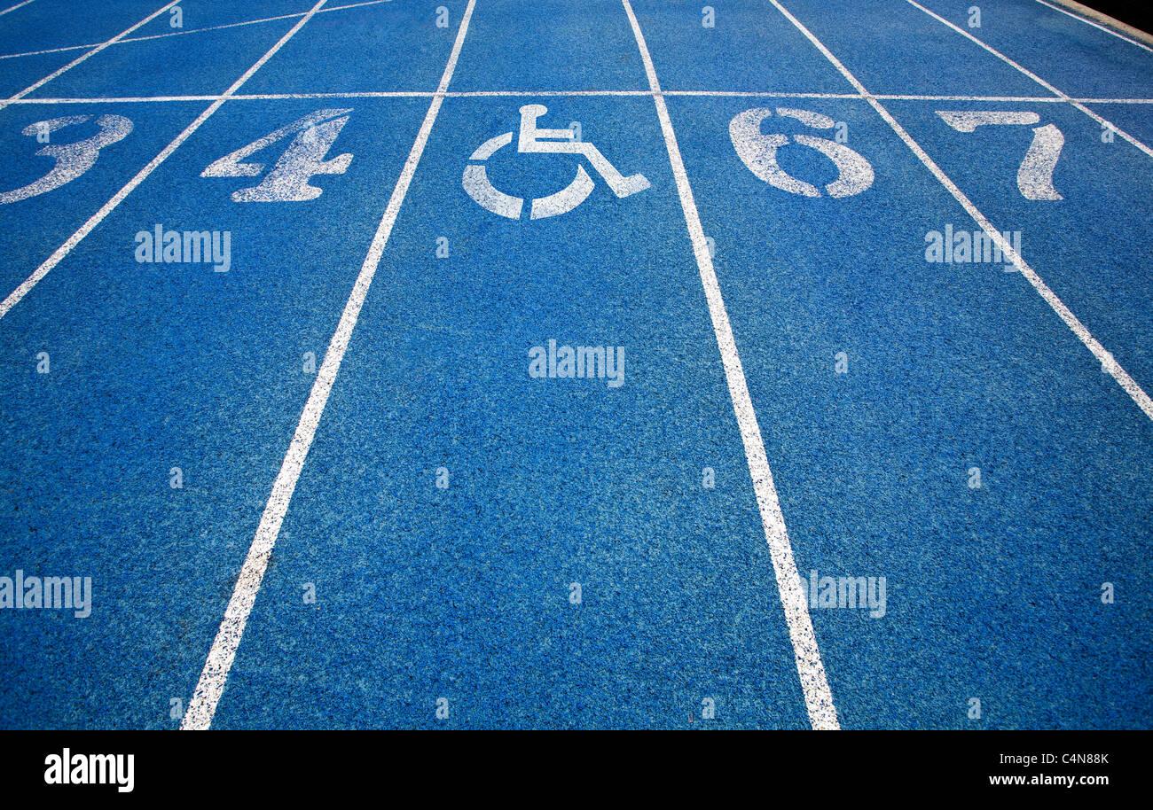 Handicap icona sedia a rotelle sovrapposti sulla sommità della via di corsa.Foto Stock