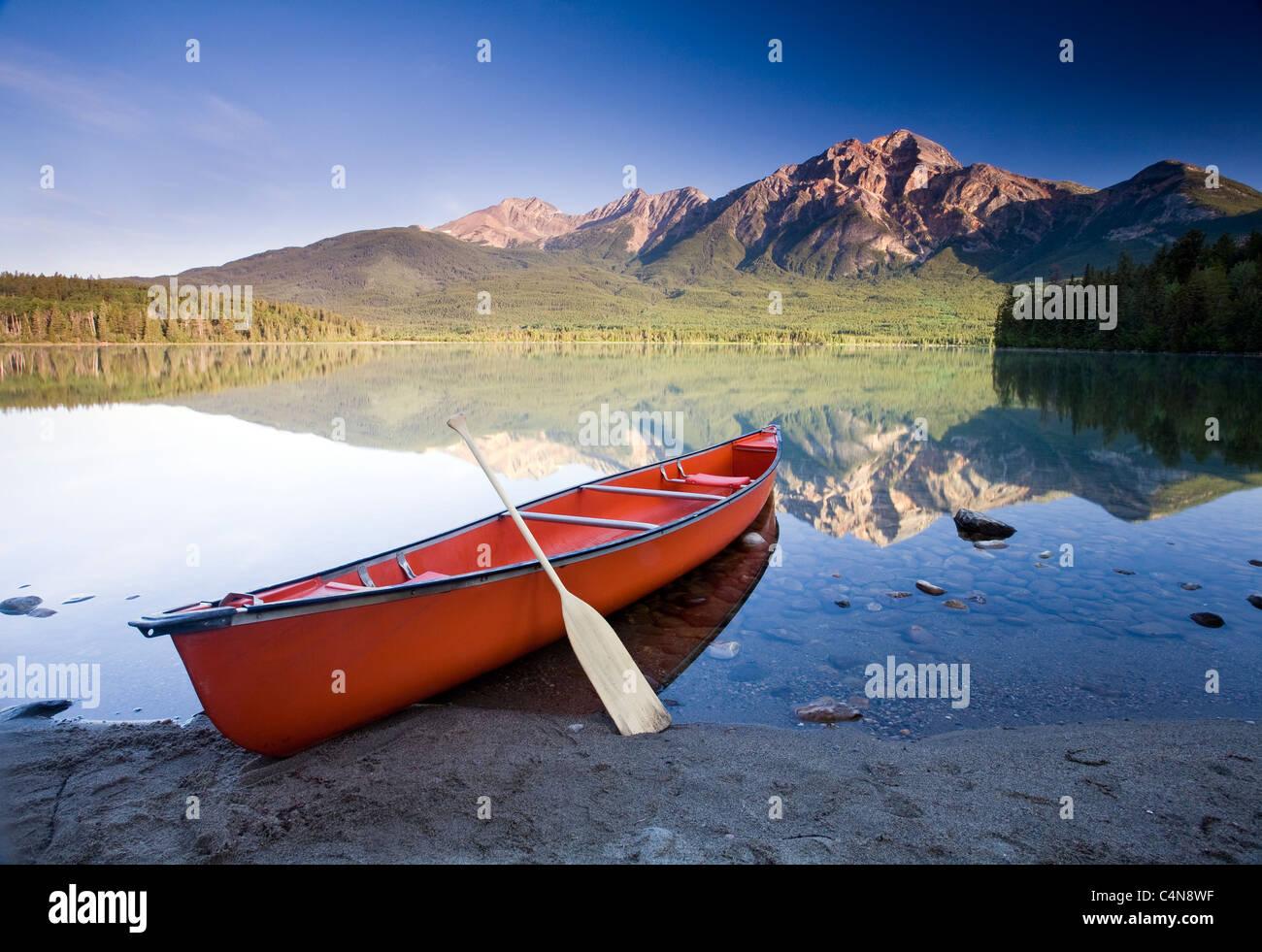 Canoa rossa all'alba sul Lago Piramide, il Parco Nazionale di Jasper, Alberta, Canada. Foto Stock