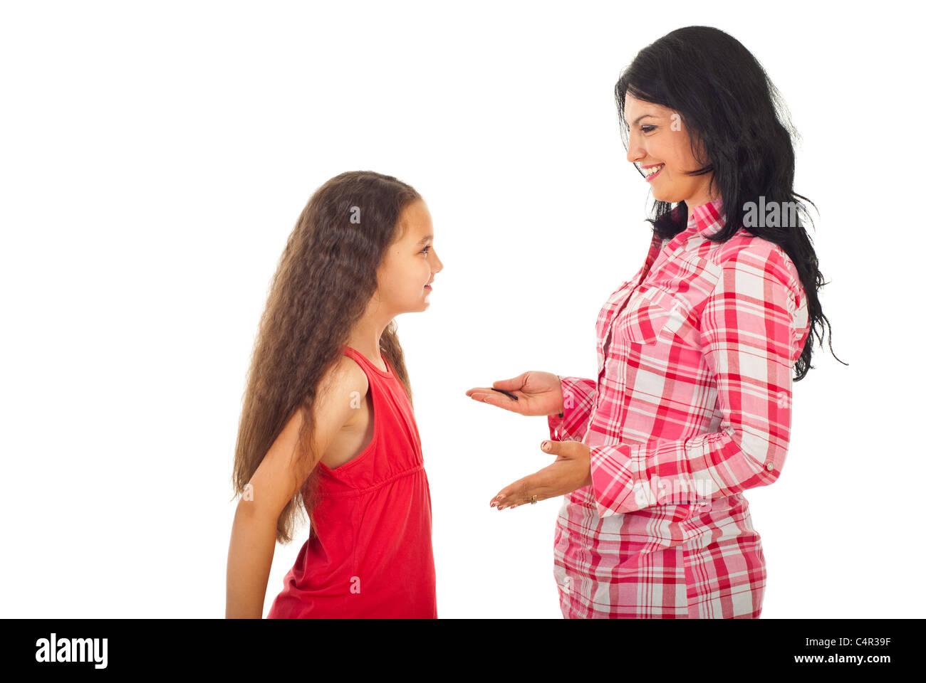 Felice madre avente la conversazione con la figlia e dare consigli isolati su sfondo bianco Foto Stock