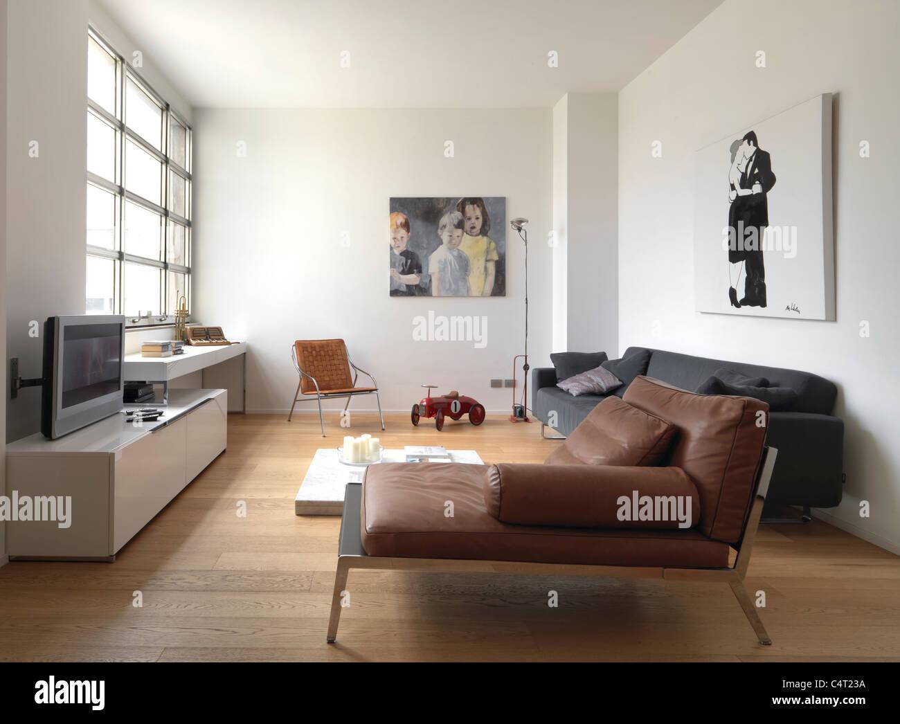 Soggiorno moderno con grandi finestre, pavimento in legno e ...