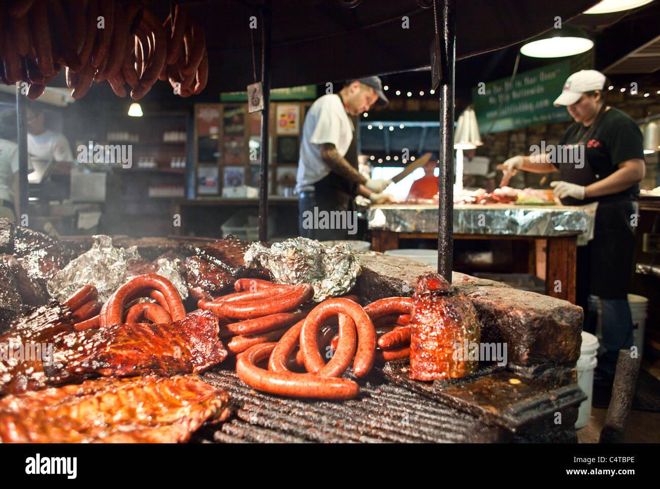 Il Salt Lick Pit BBQ - nervature, salsiccia, e petto Immagini Stock