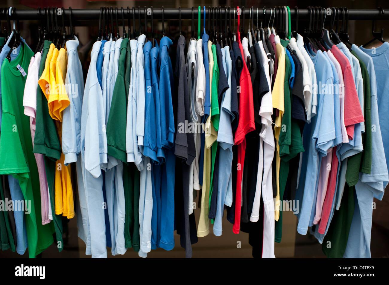 Un rack a basso prezzo di magliette polo sport sulla vendita, REGNO UNITO Immagini Stock