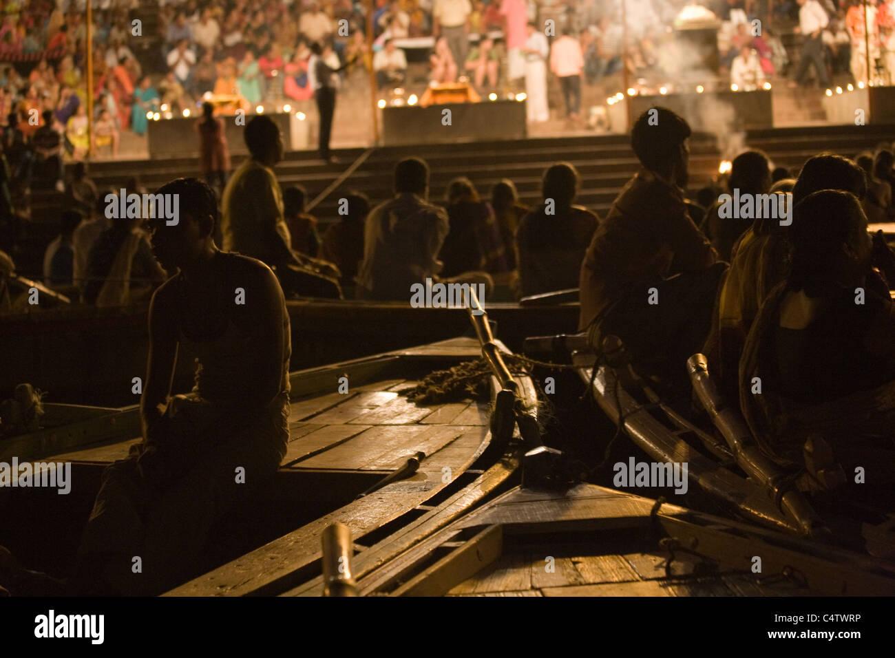 Gli osservatori guarda arti, sulle rive del Gange Ganga (fiume) in Varanasi, Uttar Pradesh, India Immagini Stock