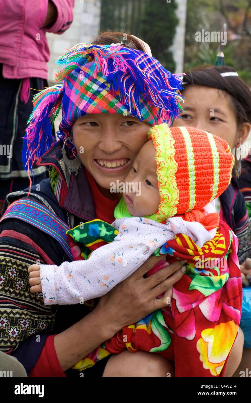 Black Hmong minoranza etnica ragazza e bambino in Vietnam Foto Stock