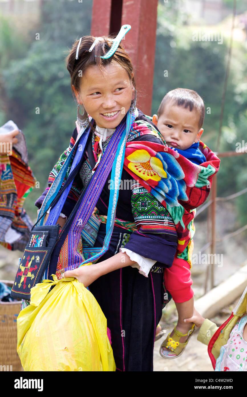 Nero Ehtnic Hmong donna di minoranza che trasportano bambini in Vietnam Foto Stock