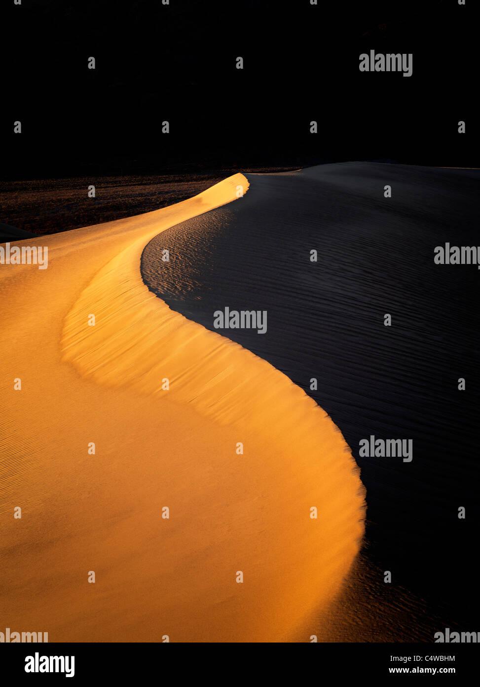 La prima luce sulle dune di sabbia. Parco Nazionale della Valle della Morte, California Immagini Stock