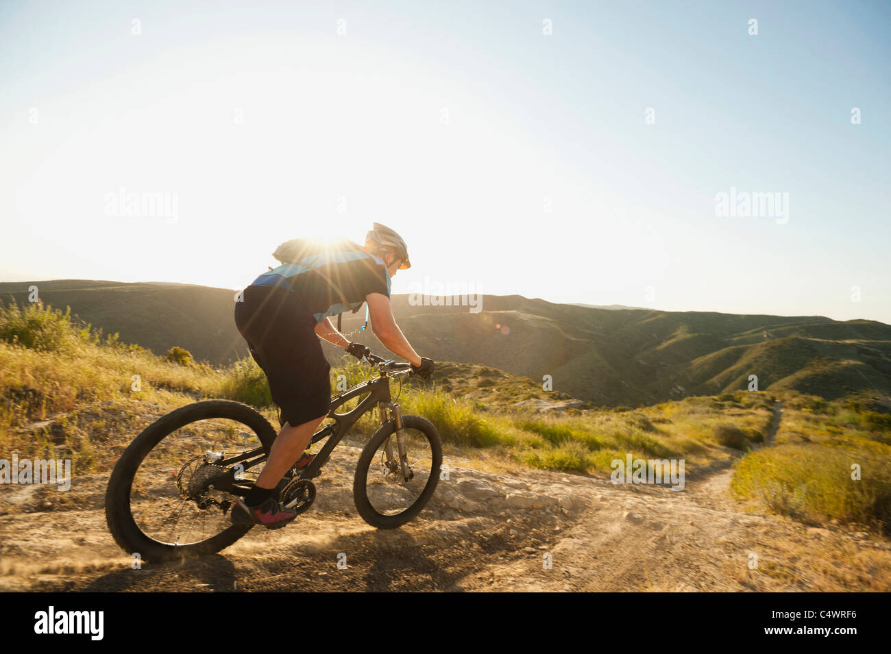 Stati Uniti d'America,California,Laguna Beach,mountain biker guida in discesa Immagini Stock