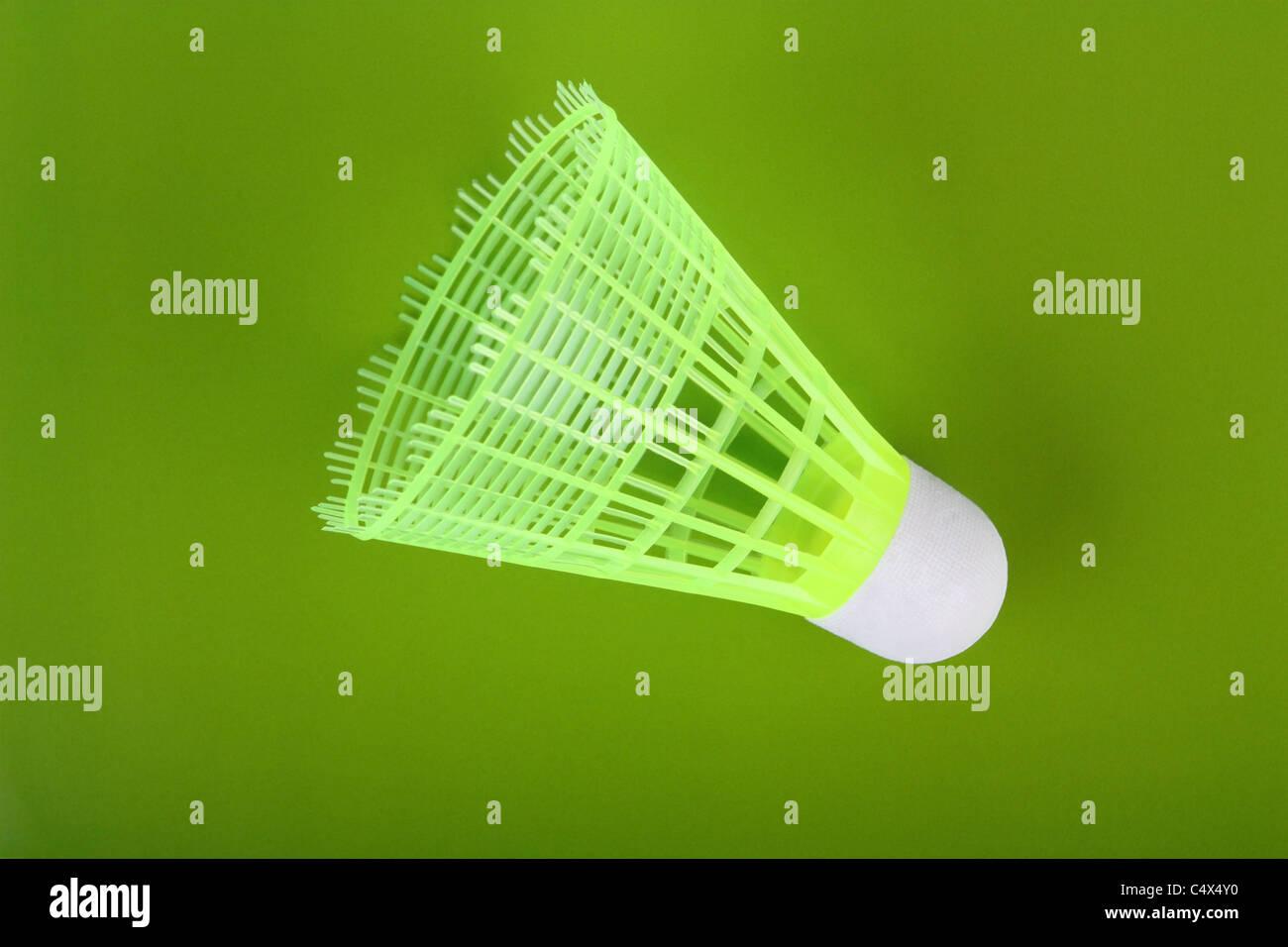 Uno giallo badminton volano su uno sfondo verde Immagini Stock