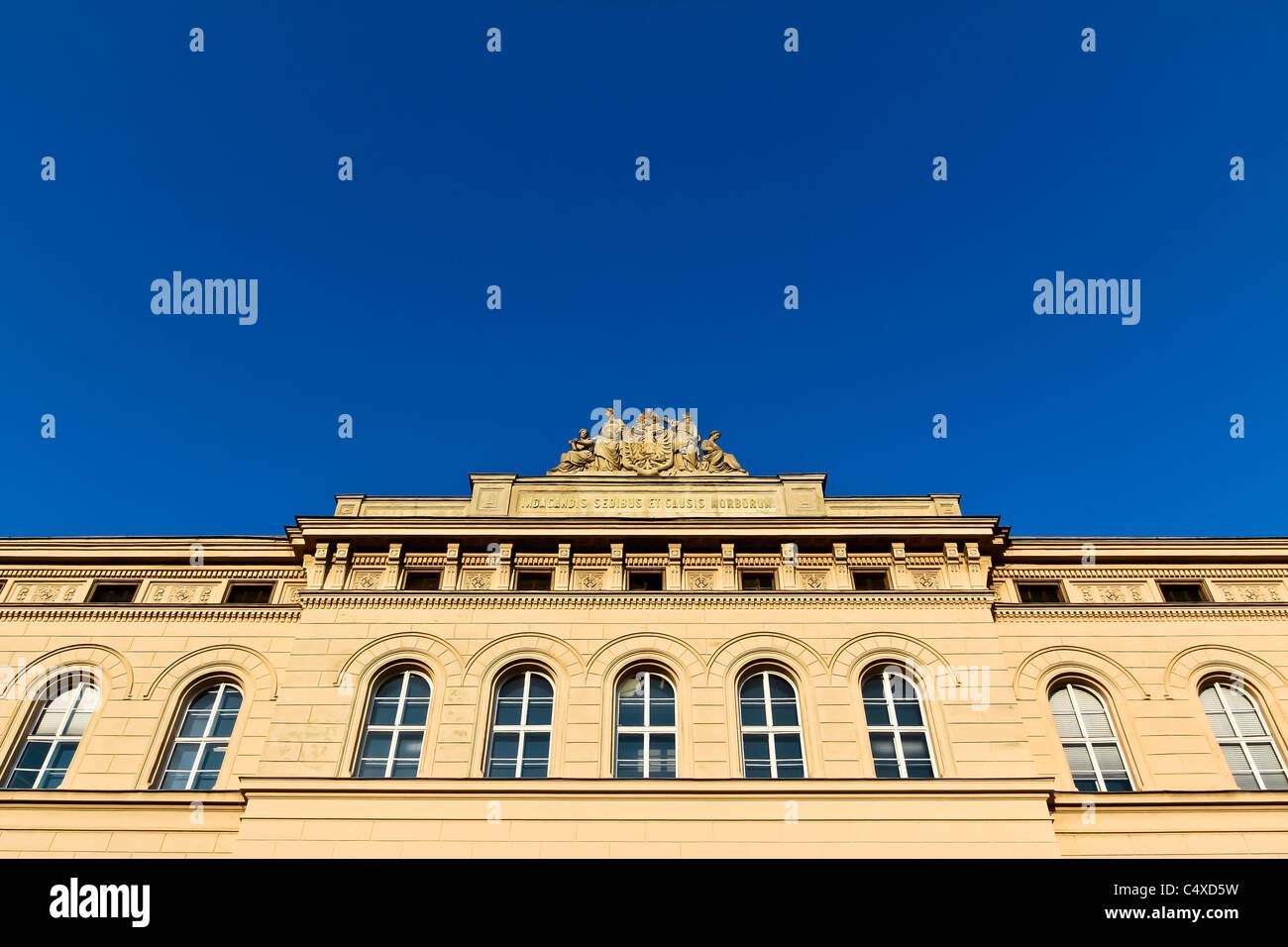 """Una facciata di una parte vecchia di Vienna scuola med. Il titolo in latino significa """"per ricercare la posizione Immagini Stock"""