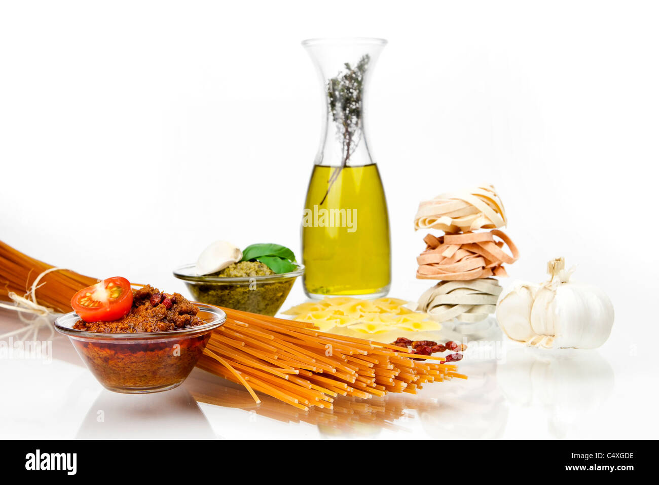 Diversi tipi di pasta al pesto due diverse varietà Immagini Stock