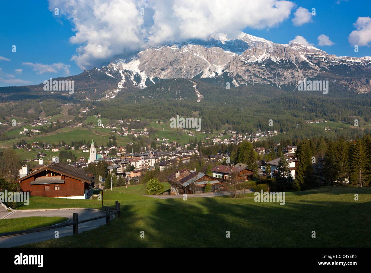 Cortina D'Ampezzo verso la Tofana di Mezzo e Tofana di Dentro o de Inze, Dolomiti d'Ampezzo, Vento, Dolomiti, Immagini Stock