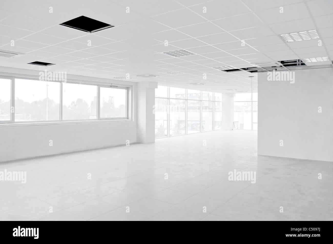 Vuoto interno luminoso ufficio bianco in costruzione senza mobili all'interno di Immagini Stock