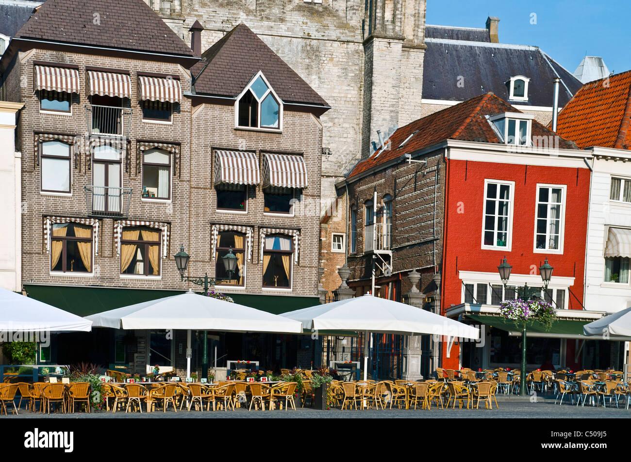 Ristorante all'aperto in Olanda piazza nel centro di città vecchia con mobili Immagini Stock