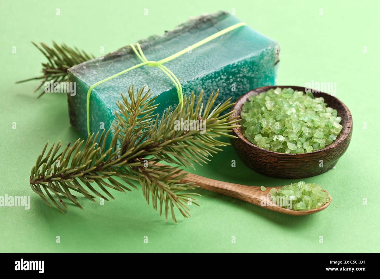 Sapone di pino con mare-sale e il ramo di pino. Immagini Stock
