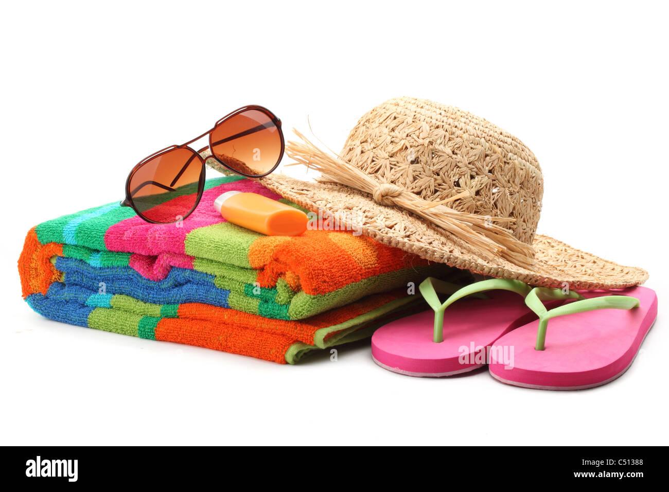 Elementi di spiaggia con cappello di paglia,asciugamano,infradito e occhiali da sole.isolati su sfondo bianco. Immagini Stock
