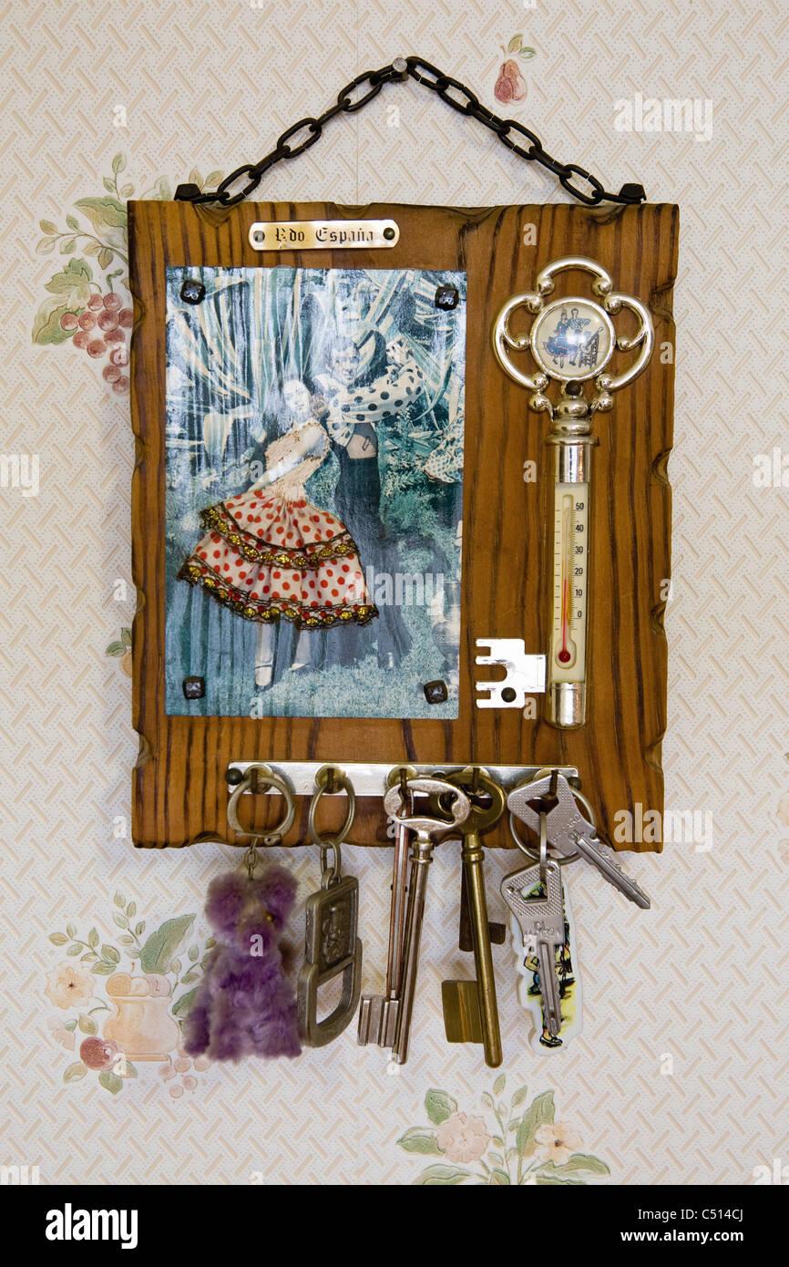 Chiavi appeso sulla chiave decorativa rack Immagini Stock