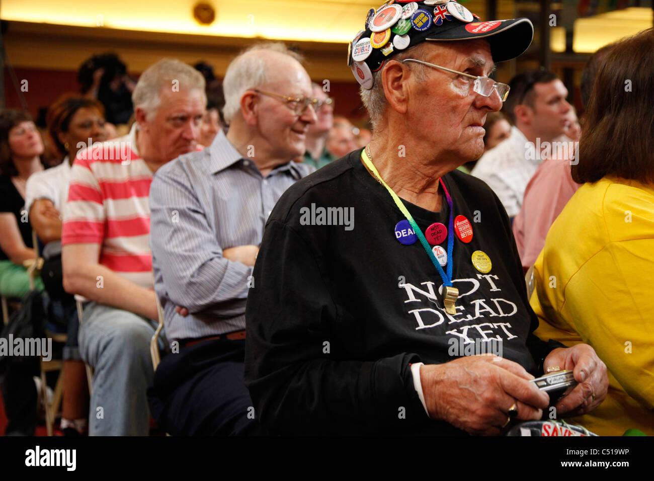 Uomo anziano che indossa un top che si legge: ancora morto. Immagini Stock