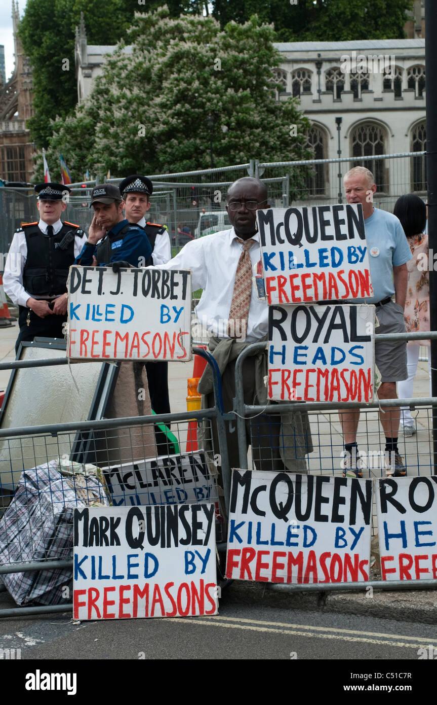 La piazza del Parlamento protester. McQueen ucciso dai framassoni, London, Regno Unito Immagini Stock