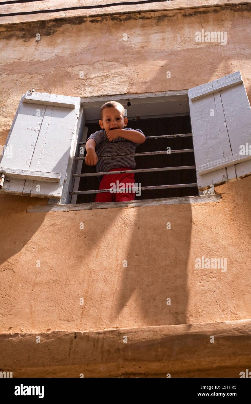 Bambino sul balcone nella Kasbah, Algeri, Algeria, Nord Africa Immagini Stock