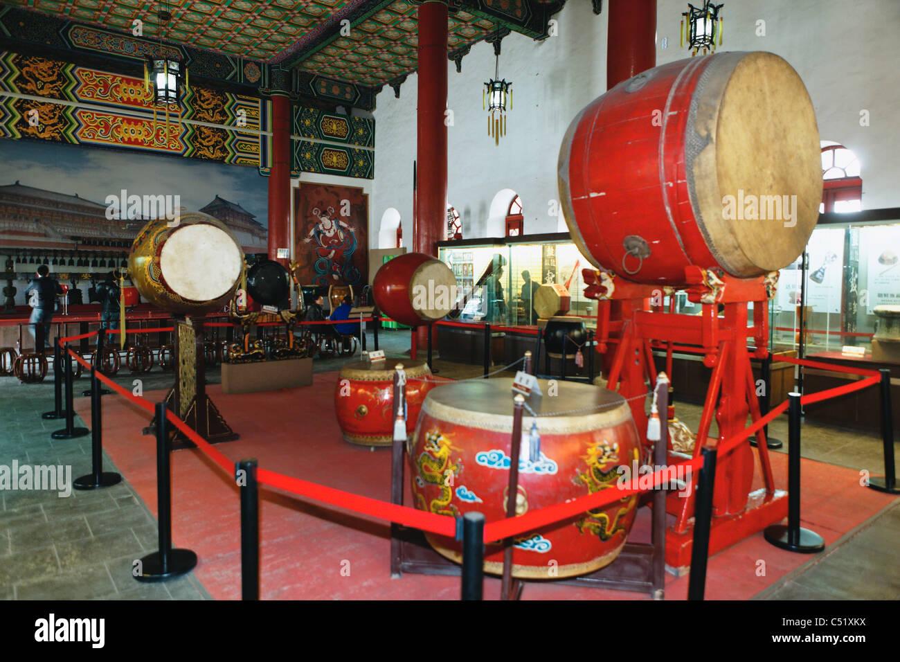 Interno della Torre del Tamburo con il tamburo presentano, Citta' di Xian, Shaanxi, Cina Foto Stock