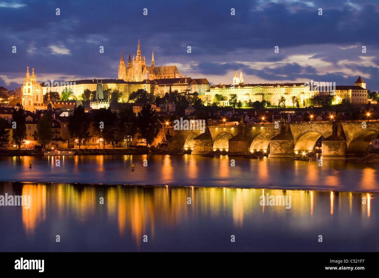Atmosfera serale a Charles Bridge nella parte anteriore del Castello di Praga, dal Quartiere del Castello, Hradcany, Immagini Stock