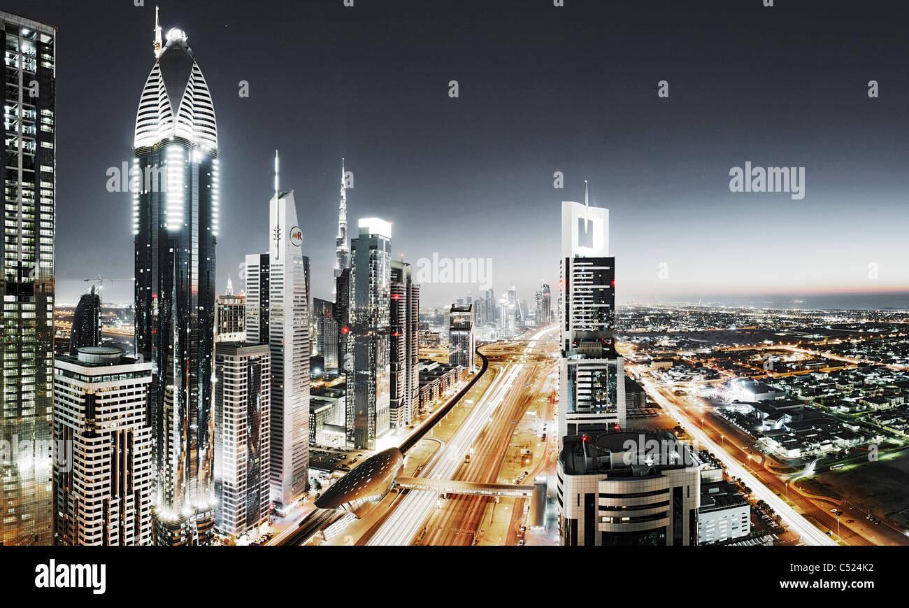 Serata al Golfo Persico, traffico, city e il centro cittadino di Dubai, Dubai, Emirati Arabi Uniti, Medio Oriente Immagini Stock