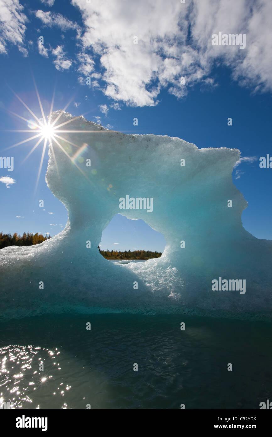 Sunny View di un iceberg in Mendenhall Lago con il sole che splende da dietro, a sud-est di Alaska, estate Immagini Stock