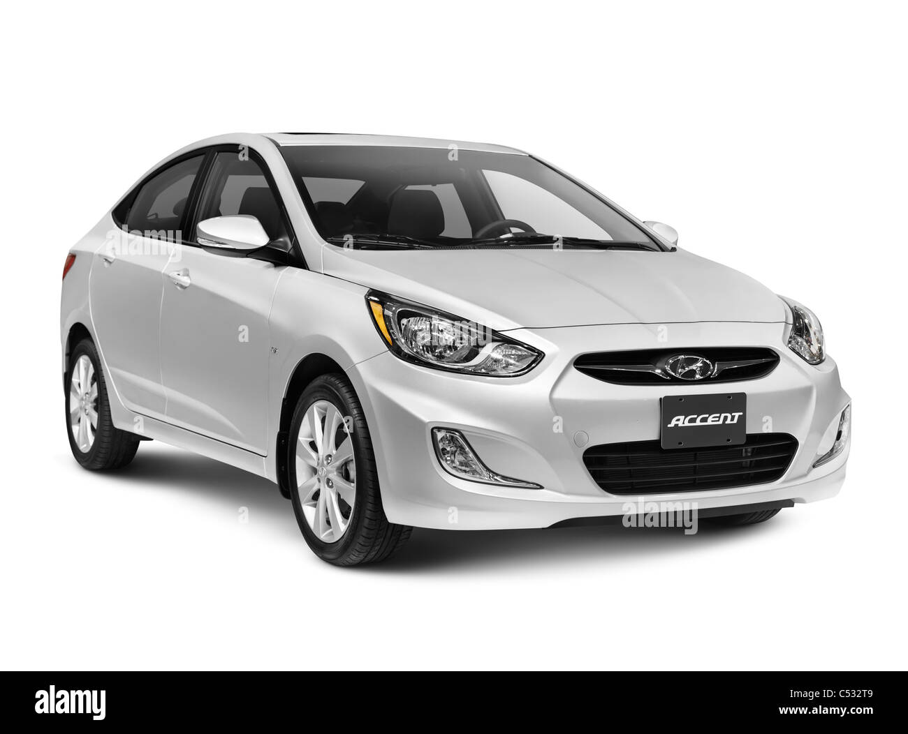 Argento 2012 Hyundai Accent berlina 4 porte isolate su sfondo bianco con tracciato di ritaglio Immagini Stock