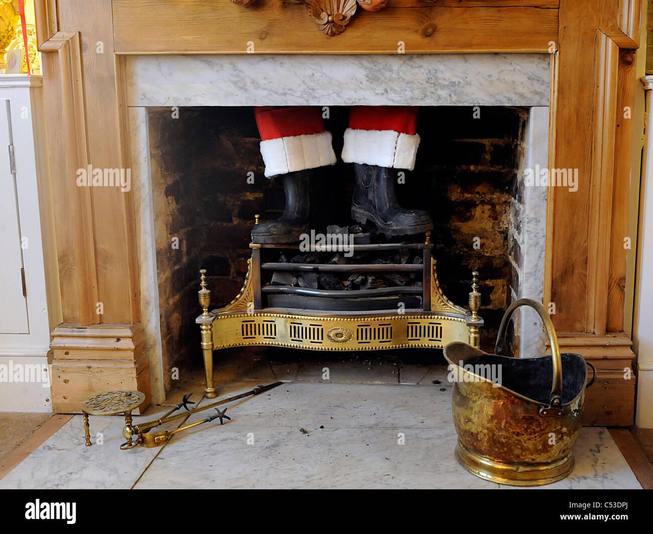 Camino Di Babbo Natale.Babbo Natale Bloccato Su Un Camino Foto Immagine Stock