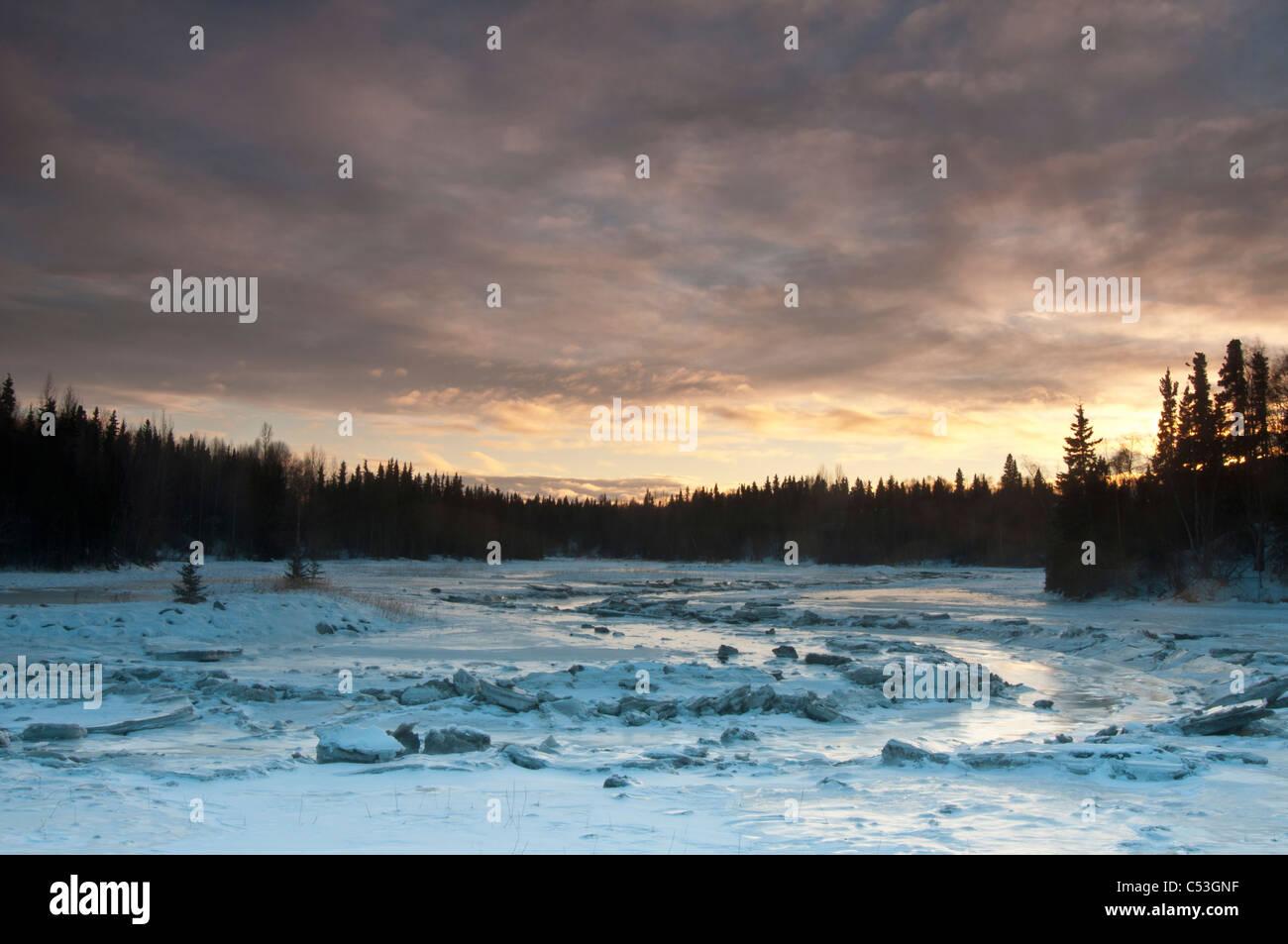 Un ricoperti di ghiaccio Pesce Creek riflette il cielo del pomeriggio nei pressi del Tony Knowles il sentiero costiero Immagini Stock
