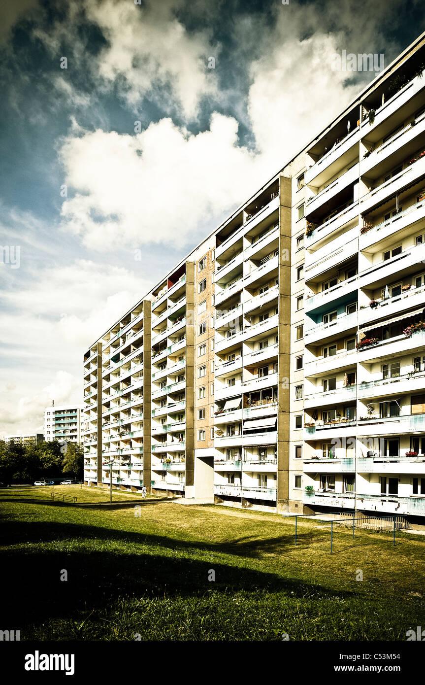 Prefab edificio di appartamenti in stile retrò degli anni settanta e ottanta, alloggiamento station wagon, Immagini Stock