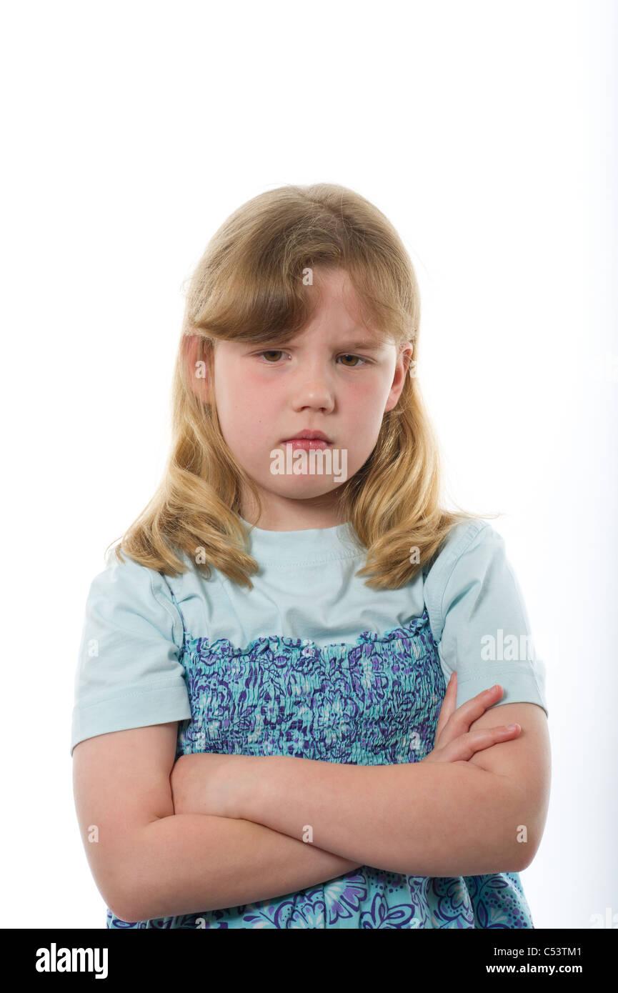 Ragazza giovane di età primaria cercando turbare o infelice contro la carta bianca comune e nuova di sfondo Immagini Stock