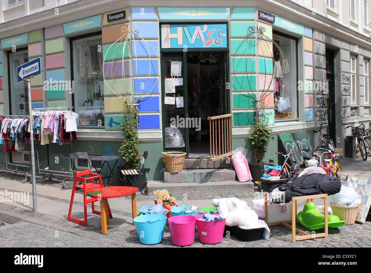 Di seconda mano negozio di vendita di bambini vestiti e giocattoli in  Vesterbro di Copenaghen 1ead409a238